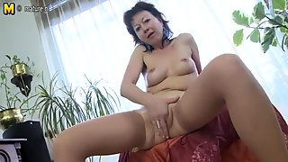 Mature mommy loves to play with herself