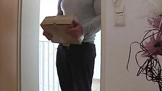 stieftochter wird vom Postboten gefickt als die Eltern