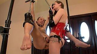 Dominatrice giovanile strap dildo scopa vecchia legata schiavo (dominatrice)