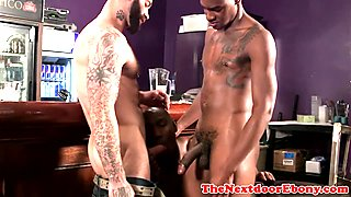 Wellhung interracial trio with muscle studs