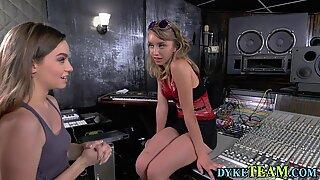 Lesbiennes jeunes en studio baise strapon