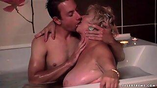 Fet mormor och ung man skapelse het romantisk kärlek
