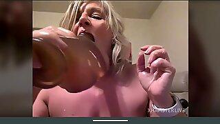 Sexig blond mormor striptease fitta tuttar och röv