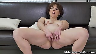 euro cougar Alice sharp works her cunt with a dildo