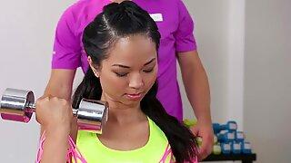 Fitness Apartments Rykande Thai Babe får djup anal creampie övning från Stor Kuk