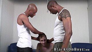 Stackars vit kille suger svart kukar för att köpa nya däck
