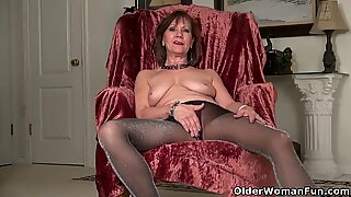 American gilf Penny gives her old pussy the finger treatment